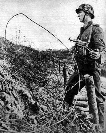 Deutsche Soldaten mit der MP 40 auf der Krim