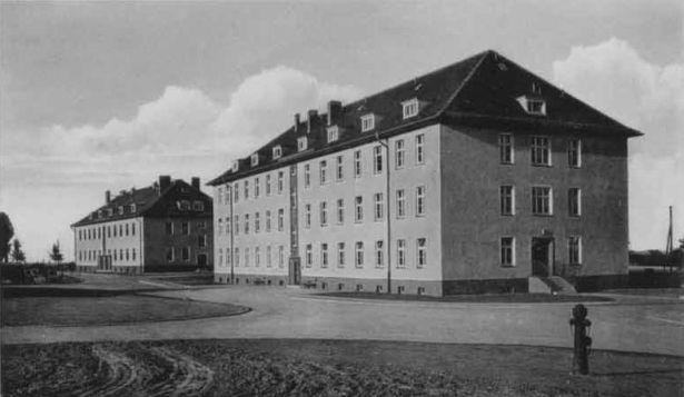 http://www.lexikon-der-wehrmacht.de/Kasernen/Wehrkreis04/Bilder/Leisnig_i_Sachsen_Inf_Regt_101_1942_2_Bloecke.jpg